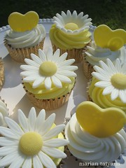 daisies and hearts (sweetopia*) Tags: flowers daisies hearts cupcakes fondant buttercream yellowandwhite flowercupcakes sweettreat mariantatyana