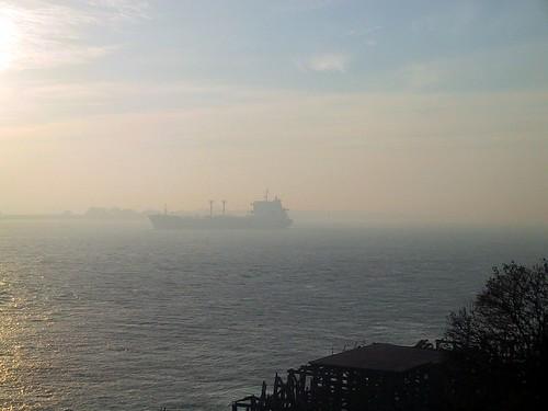 barco con humo