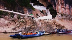 Laos - Abschied von Tham-Thing der Buddha-Grotte am Mekong (roba66) Tags: river boot boat buddha monk boote monks ou laos fluss mekong luangprabang grotte hhle mnche mnch pakou flsse boads thamthing novizen earthasia flickrbestpics buddhahhle updatecollection