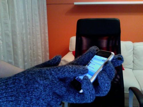 まだまだ寒い日に大活躍!指全体が反応するスマホ手袋をGET!