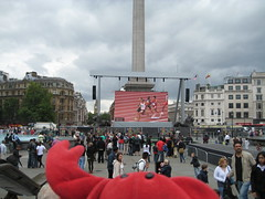 Laura & Claude in London (34) (chicgeekuk) Tags: red laura animal toy crab plush claw abroad stuffedanimal seafood claude crabs crustacean claws kishimoto travellingtoys travellingtoy laurakishimoto laurakishimotoca claudeabroad