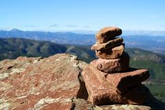 Hito de piedras (Vvillamon) Tags: mountain ruta view stones sony 350 vista desierto alpha montaa senderismo piedras castellon palmas bartolo hito benicasim desiertodelaspalmas a350 hitodepiedras vvillamon