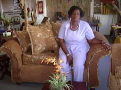 Rosa Elena Moreno en uno de sus sofas