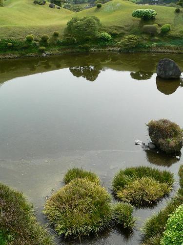 Ein schöner japanischer Landschaftsgarten mit Spiegelung