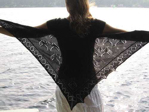 Havent you always wanted a bat shawl? Emilee 05 can show you how.