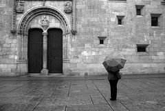 Stand under my umbrella (the bbp) Tags: bw rain umbrella lluvia spain bn espana salamanca pioggia spagna ombrello universidaddesalamanca thebbp