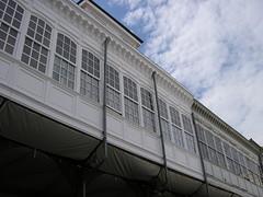 .. y las seoras se ocultaban tras los miradores.... (anabelu) Tags: espaa blanco ventanas mercado leon nubes mirador cristaleras soportal miradores anabelu
