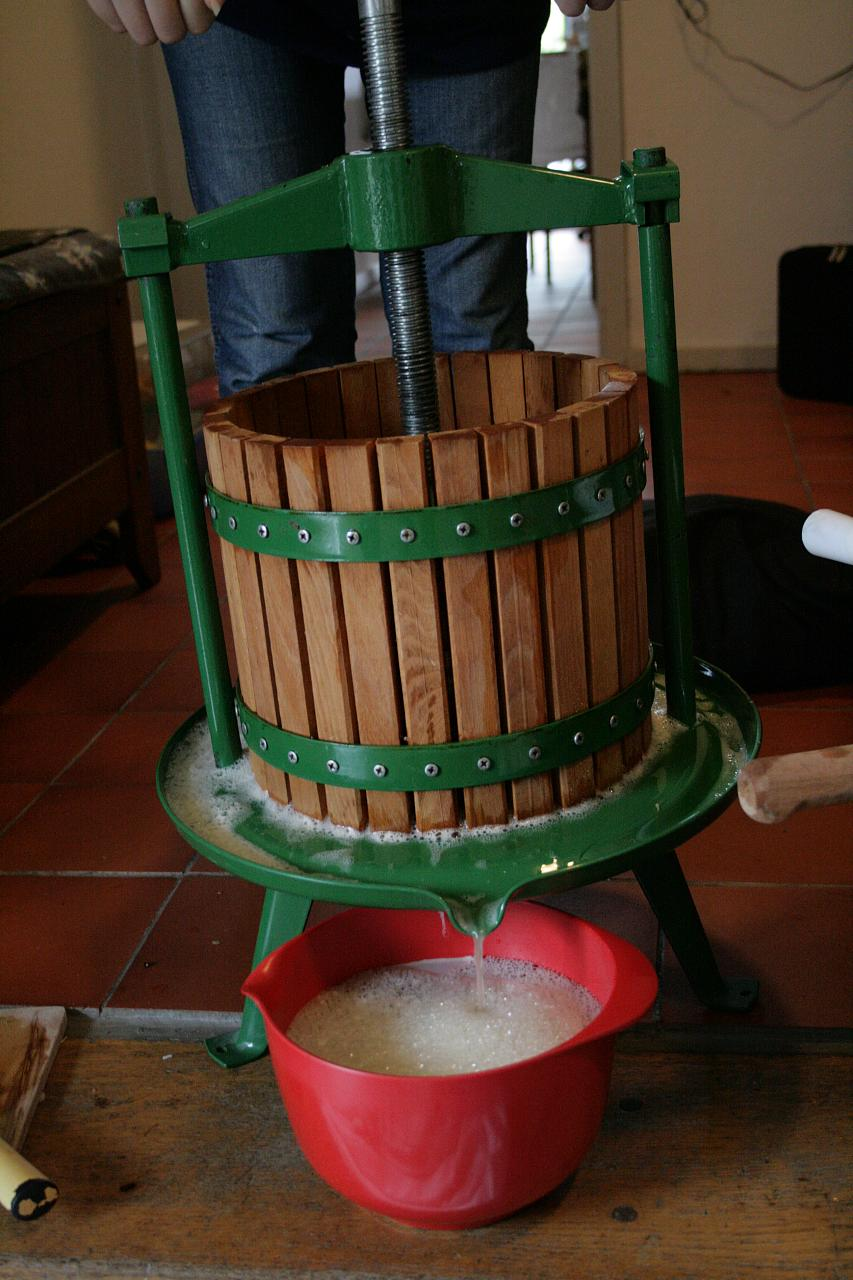 Press the pulped apples
