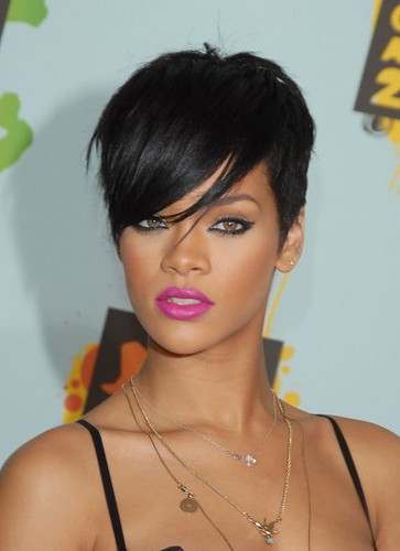 Most of the Rihanna hairstyles include side – swept bangs.