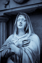 Celeste (8#X) Tags: bw sculpture friedhof white black art graveyard sepia germany munich geotagged bayern deutschland bavaria blackwhite europa europe pentax duotone churchyard aficionados ostfriedhof nohdr 8x k10d pentaxk10d smcpentaxda35mmf28macrolimited geo:lat=48120712 geo:lon=11589723