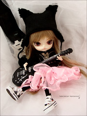 Let's Rock, Kain!>:D (Paula ~) Tags: cute miniature doll guitar dal phoebe luts obitsu 23cm rewigged hellcatpunks