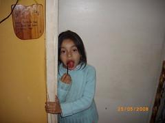 La Ange comiendo un LoLyy (xikis_anto) Tags: van cumpleaos andres damme