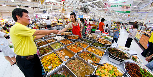 Getting lunch at Raan Rot Det, a longstanding curry stall at Bangkok's Or Tor Kor Market