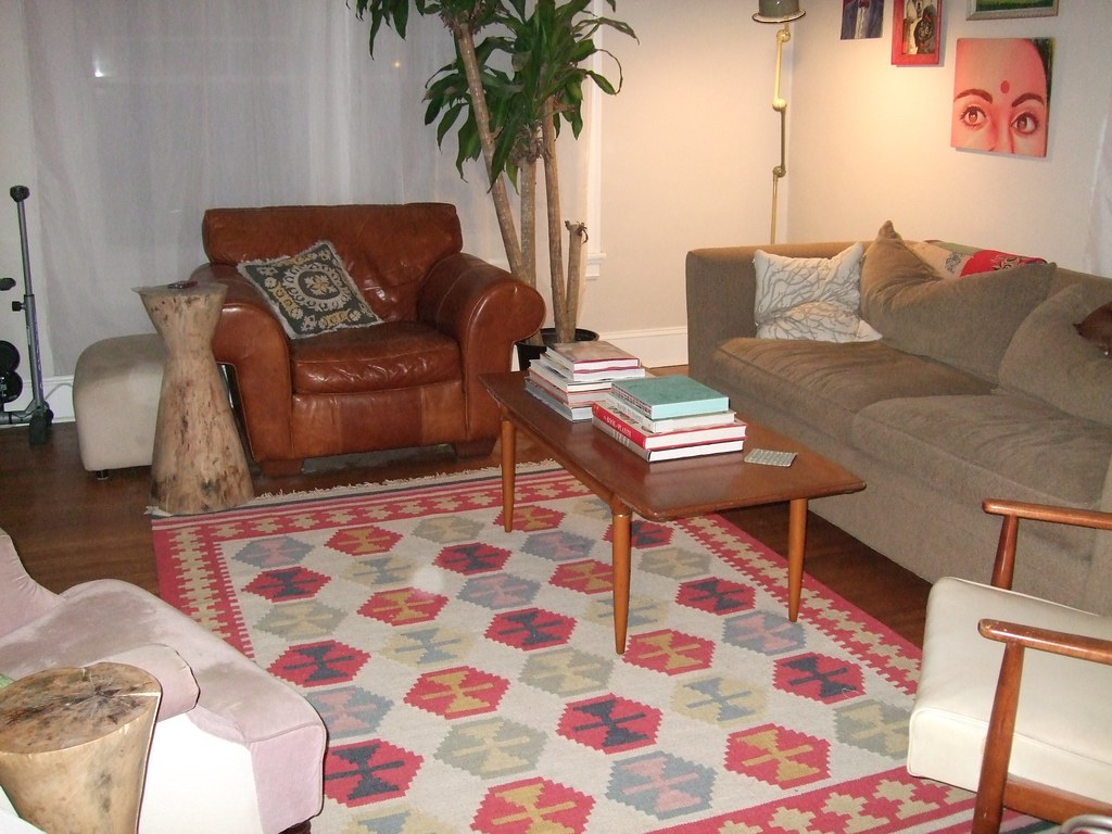 Living room rug and coffee table
