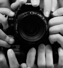 passin por el 50mm (.ioana.) Tags: canon square lens eos 50mm hands foto y manos una seis f18 lente formato cuadrado 400d