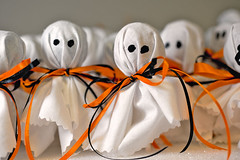 Ghost Lollipops (disneymike) Tags: california halloween nikon candy treats palmsprings ghosts ribbon nikkor speedlight lollipops d3 suckers sb800 60mmf28dmicro tootsiepops su800
