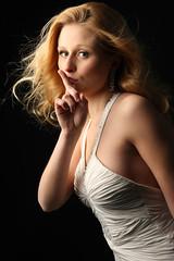 [フリー画像] 人物, 女性, 静かに!・しーっ!・秘密, ドレス, スタジオ, 金髪・ブロンド, 201104060900
