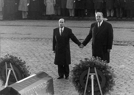 Verdun Kohl stringe la mano a Mitterand