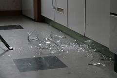 Der zerbrochene Krug (christian kurz) Tags: broken glass mug küche linoleum glas krug zerbrochen