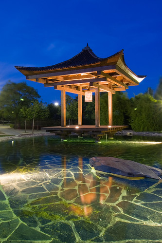 Monumento oriental en la Hora azul