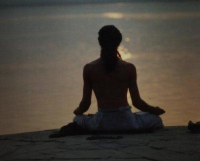 India Meditacion en el rio