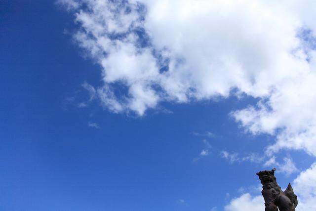 青空に映える石造