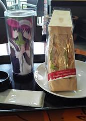 ダークチェリーモカ&ホリデーチキンサンドイッチ
