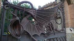 Dragn vigilante (vcastelo) Tags: barcelona door espaa metal spain arquitectura puerta catalua metalic dragn gell modernista verja antonigaud metlica metlico pabellones