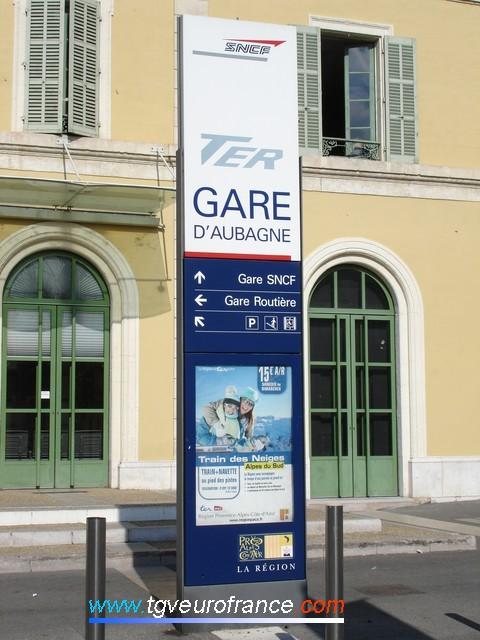 La gare et son pôle d'échanges multimodal (gare routière, parking d'automobiles et gare SNCF)