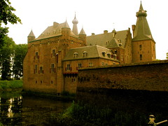 DOORWERTH CASTLE (Akbar Simonse) Tags: old mist holland building castle netherlands museum thenetherlands x medieval middleages doorwerth gelderland 200000000stagelovers akbarsimonse doorwerthcastle