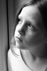 [フリー画像] 人物, 子供, 少女・女の子, 憂鬱, モノクロ写真, 200807112100