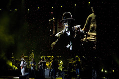 Paris - Carlos Santana (Thierry B) Tags: show city music art rock geotagged photography photo concert frankreich europa europe ledefrance dr gig livemusic frana musik bercy spectacles msica geotag francia iledefrance ville idf westerneurope frankrig musique  urbain carlossantana spectacle  geolocation europen   photog