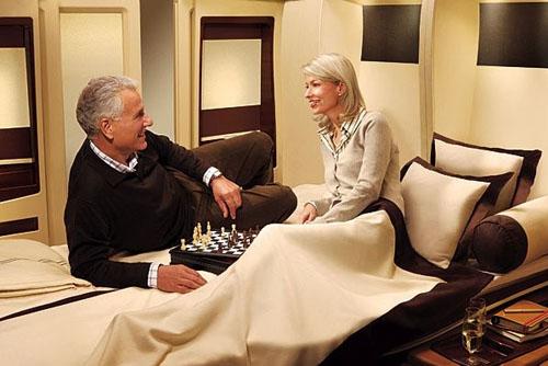 La misma parejita de antes perdiendo su tiempo jugando al ajedrez en una de las suites del Airbus A380