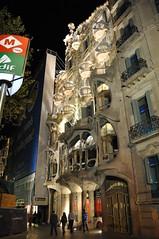 Scenes in Barcelona (rayeverett) Tags: barcelona spain gaudi casabatll