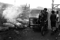 de padyak (jobarracuda) Tags: lumix philippines charcoal manila pedicab fz50 tondo uling panasoniclumixdmcfz50 jobarracuda jojopensica ulingan photokalye sakongulingsackofcharcoal
