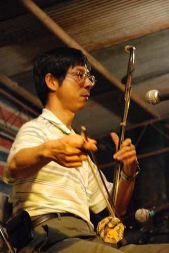 一直在溪洲、三鶯公聽會等會議中扮演民間水利專家的開南管理學院助理教授陳永龍,則是拉起了二胡與丘延亮的黑管上演中西樂器大戰。