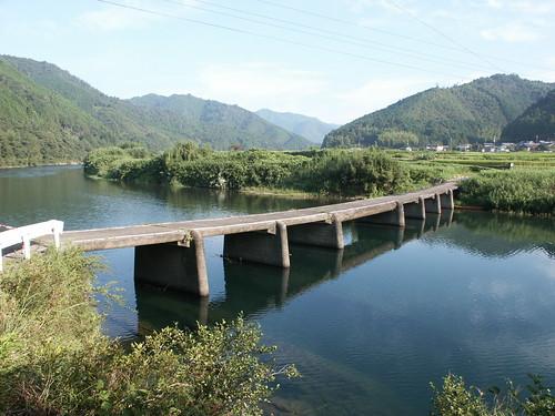 一斗俵沈下橋 この写真は、高知県に現存する最古の沈下橋である、一斗俵沈下橋(高知県四...  景