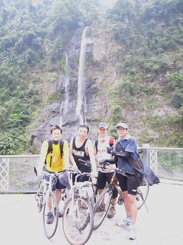 [單車]烏來情人瀑布前合照
