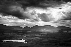 Scotland: Dark mountains (gato-gato-gato) Tags: sky white black water clouds scotland interestingness holidays wasser skies darkness alba urlaub wolken august escocia explore 2008 weiss schwarz dunkel schottland dunkelheit ecosse scozia flickrexplore explored tokina1224mmf40 canoneos400d gatogatogato gatogatogatoch