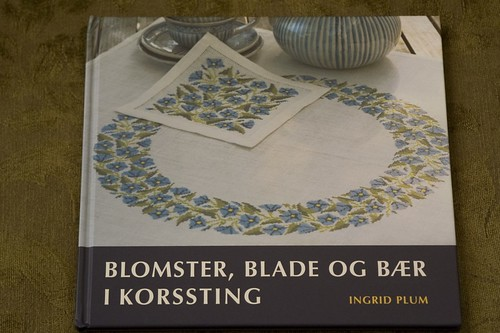 Blomster, Blade Og Baer I Korssting