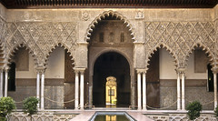 Patio de las Doncellas (Joe Damage) Tags: door stone architecture arch muslim carving seville moorish islamic alczar patiodelasdoncellas alczaresrealesdesevilla thecourtyardofthemaidens joepike josephpike clolonade