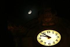 El reloj y la Luna por Contando Estrelas