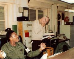 Anglų lietuvių žodynas. Žodis desk sergeant reiškia stalas seržantas lietuviškai.