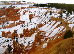 amphitheatre (Xuan Che) Tags: park travel red snow southwest landscape utah nationalpark colorado december amphitheatre canyon hoodoo bryce canonixus400 2007 conifer hight highplateau