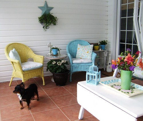 Pretty seating area in the front porch, via Flickr: creative little daisy