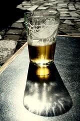 Ou seja... (Fabiana Velso) Tags: luz contraluz sombra explore cerveja copo boteco gelada duetos frenteafrente fabianavelso