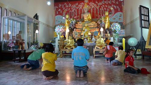 本堂っぽいところの仏像と参拝客