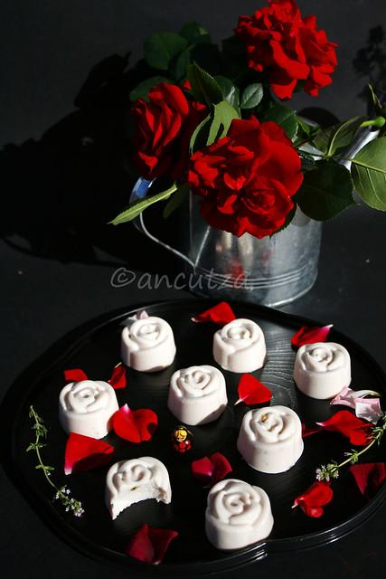 ricetta con foto panna cotta alle rose e timo limone