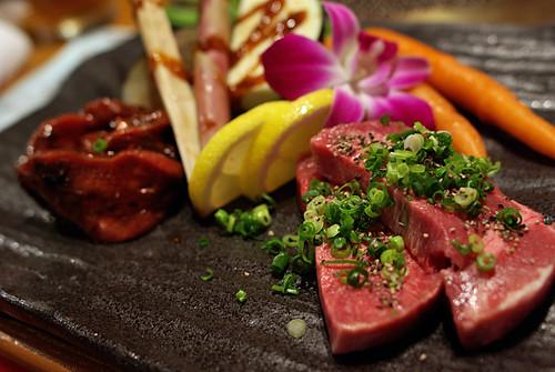 Tại sao thịt súc vật nấu chín lại có màu nâu đỏ?