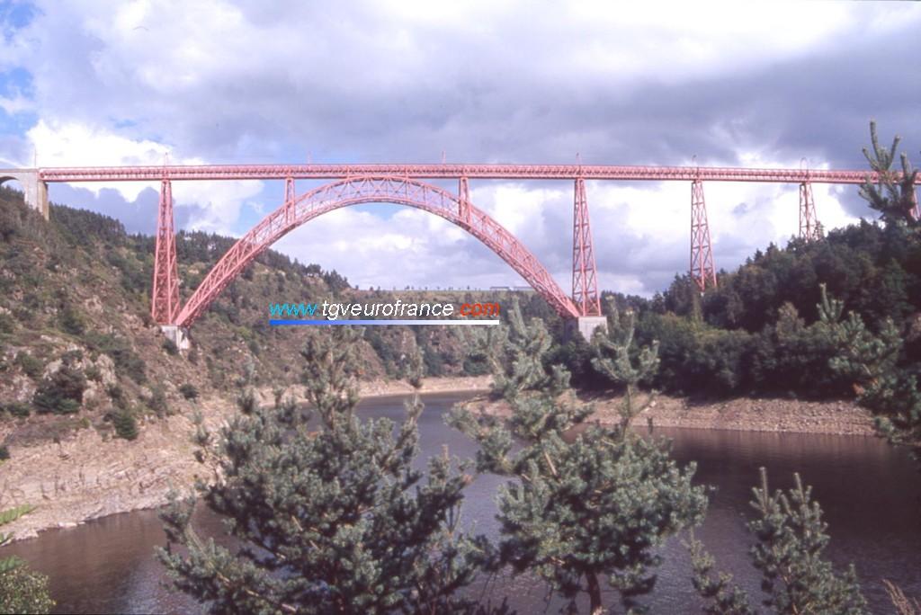 """Le viaduc permet à la voie ferréee Neussargues - Béziers de franchir la riviére """"la Truyère""""."""